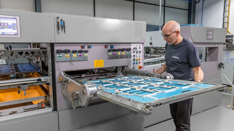 Marbach application engineer setting up the cutting-die in the die-cutting machine. | © Marbach Group