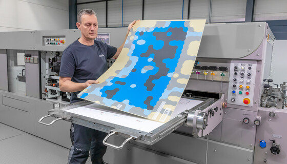Machine operator inserts the digital zone levelling into the die-cutting machine. For more performance during die-cutting.  | © Marbach Group