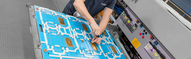 Application engineer setting up the female embossing die of a cutting-die | © Marbach Group