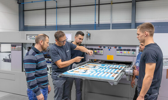 Trainer explains the components of a cutting-die to participants of the training Die-cutting and refining of corrugated board at the Marbach Academy | © Marbach Group