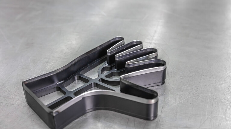 Hand-shaped high-precision manual top knives from Marbach for the application in on hydraulic swing arm cutting machines. | © Marbach Group