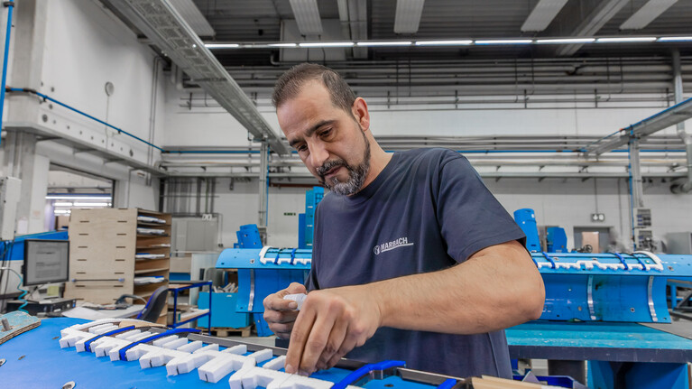 Marbach employee rubberizes a rotary marbaspeed|r cutting-die for the production of corrugated board packaging | © Marbach Group