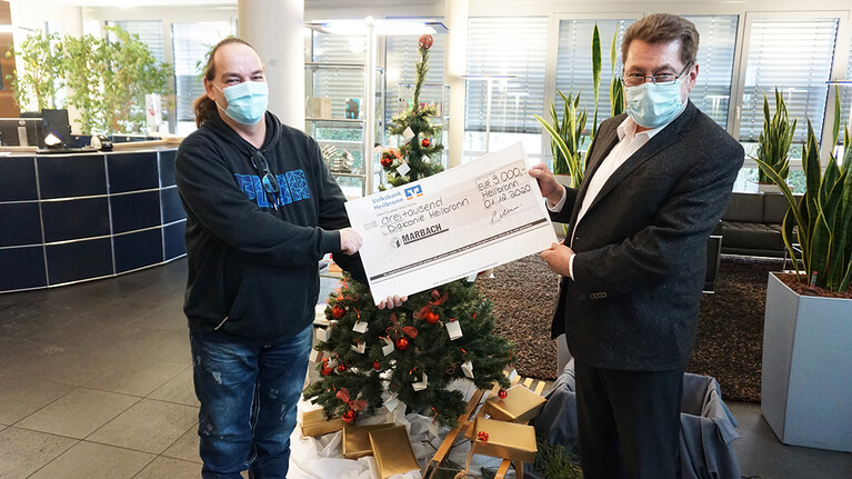 Andreas Carl store manager of Tafeln Heilbronn accepted the donation from Peter Marbach | © Marbach Group